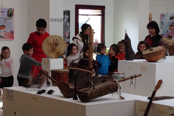 Image de l exposition sur les instruments à Mauguio Carnon.